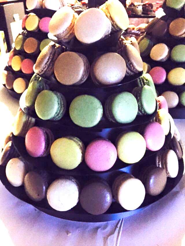 Traiteur : Pyramide de macarons en dessert